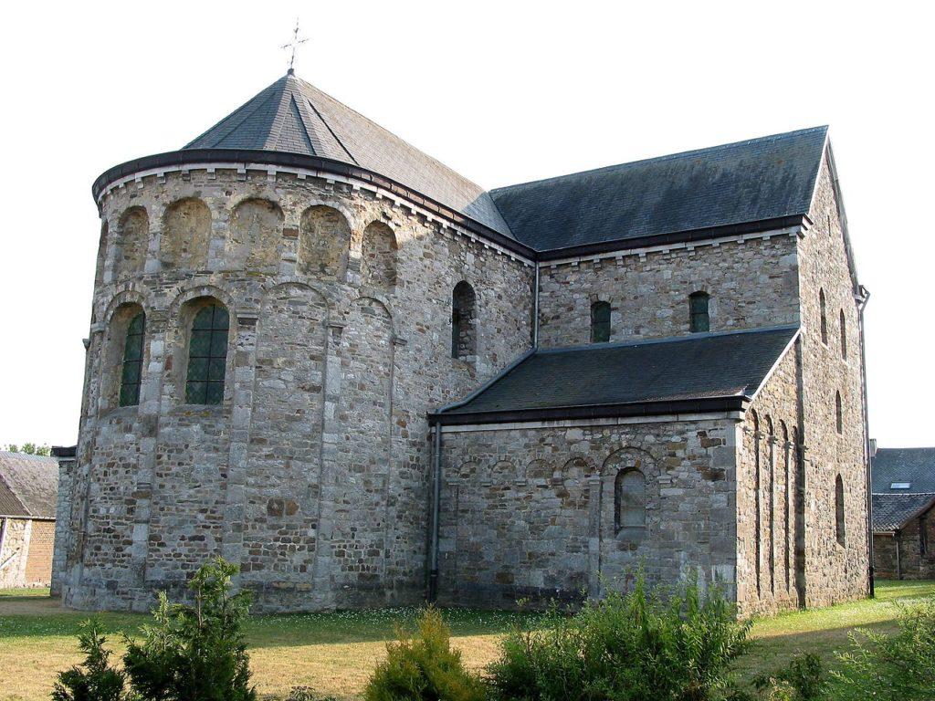 Igreja de São Pedro Xhignesse - Bélgica - Terminação Semi-circular típica do estilo