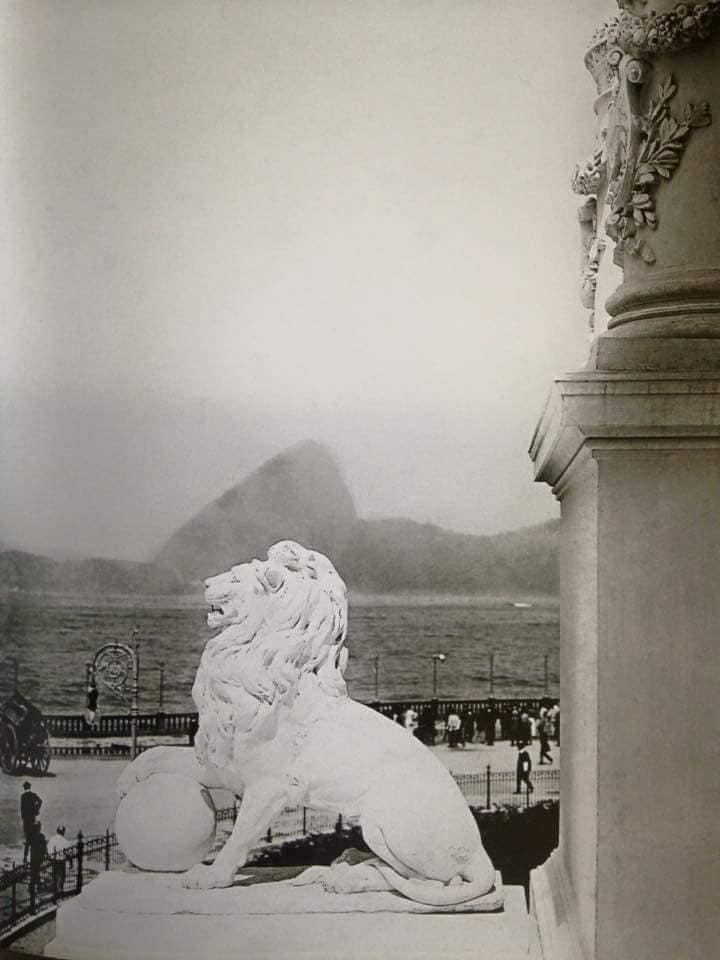 Um dos leões ainda no Palácio Monroe