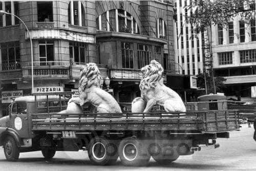 Durante a demolição do Monroe, aqui, dois dos quatro leões sendo removidos